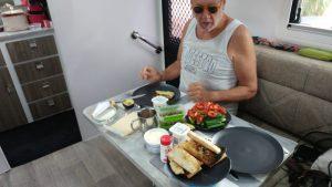 מתענגים על ארוחת בקר טרייה