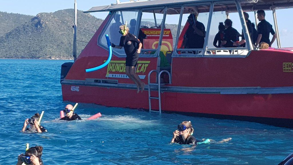 שרה בקפיצה נועזת למים להתבונן באלמוגים